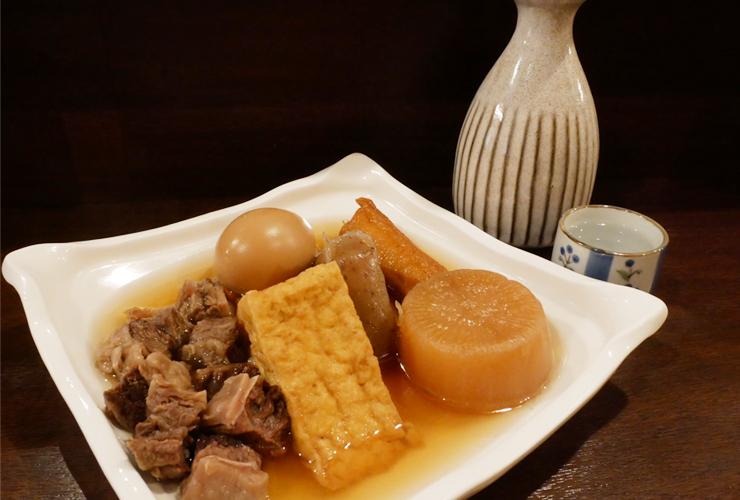徳島直送の鮮魚やおでんをカウンターで。   お酒もおつまみもワンコイン中心のくつろぎ居酒屋。
