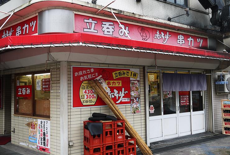 窓をよじのぼるゴリラが目印の立ち飲み店は、串カツ1本60円~!超お得で連日満員