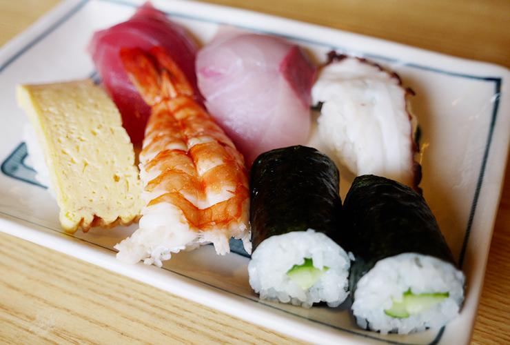 鮮度抜群のにぎりが1個70円~、ランチ500円で!「源八寿司」