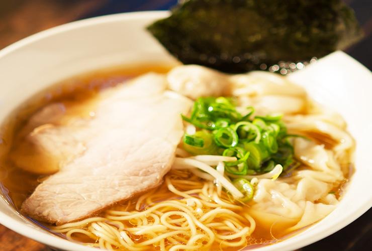 透明感あふれるスープと自家製ワンタンの旨味際立つ、丁寧な仕事が光るわんたんめんが人気