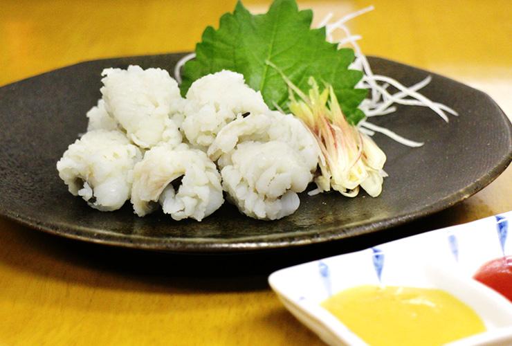 名物のハモ料理と幅広い日本酒の品揃えが自慢。老舗蒲鉾店の新たな試みから生まれた居酒屋