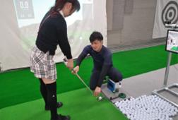 室内練習場で「初めてのゴルフ体験」