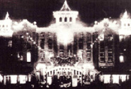 1925年(大正14年)、日本絹業博が開かれた当時、ライトアップされた初代・聚楽館