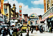昭和30年代の新開地本通り。「笑いの殿堂・松竹座」の辺り。湊川レコード前では、しばしばスターのキャラバンが行われた