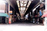 昭和50年代の新開地本通り。現在のシンボルゲート「BIGMAN」前辺り。古くて暗いアーケードが続いていた