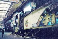阪神淡路大震災で傾いた新開地商店街のアーケードと店舗